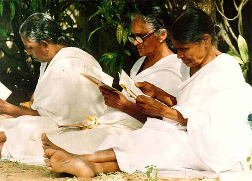 Mediterende dames in Sri Lanka